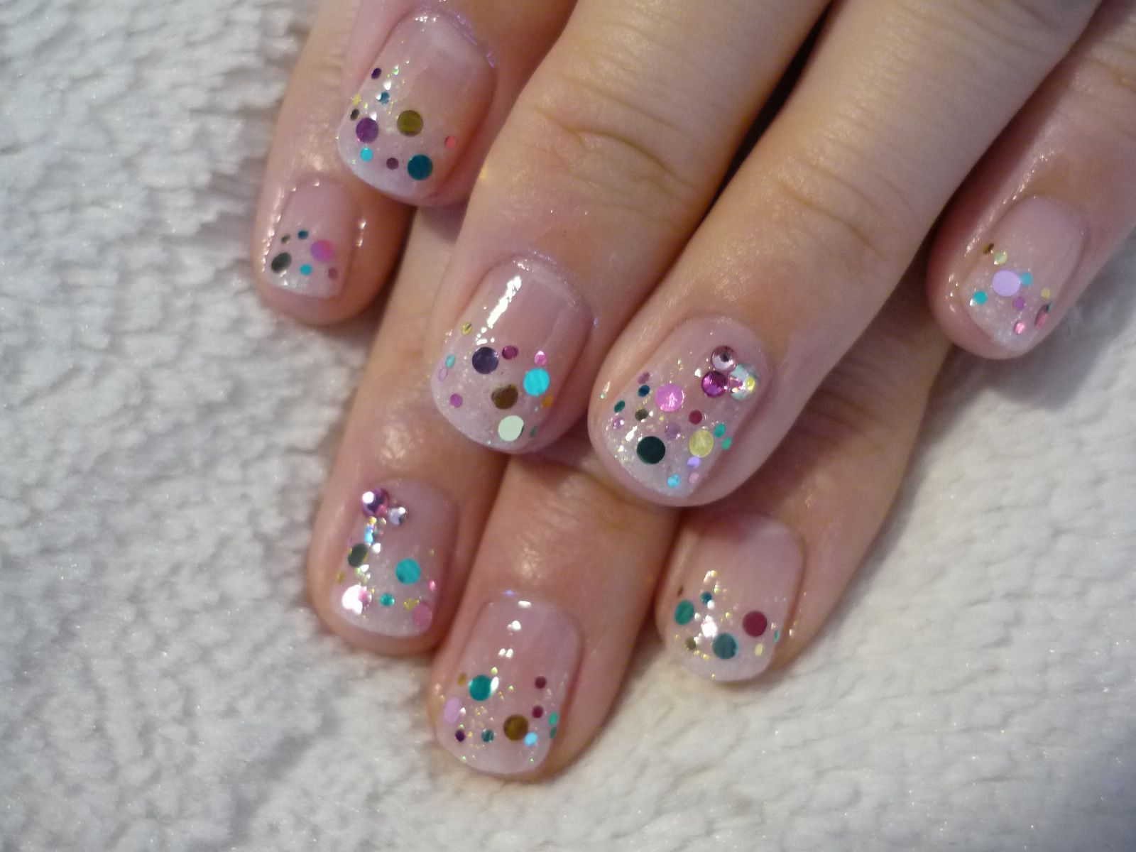 Дизайн ногтей с блестками круглыми