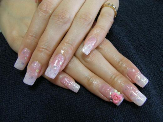Бело розовый маникюр