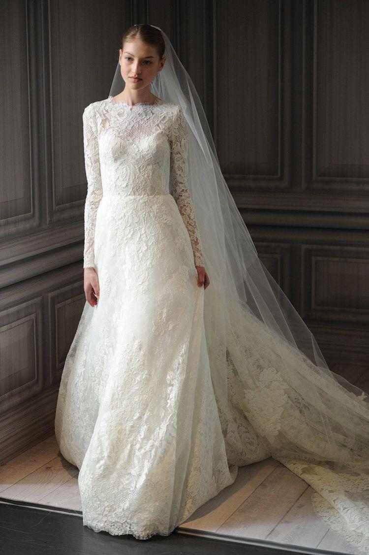 Элегантное платье выдержано в ретро стиле середины прошлого столетия. Верх и рукавчики из ажурного кружева превосходно дополнены юбочкой из материала с
