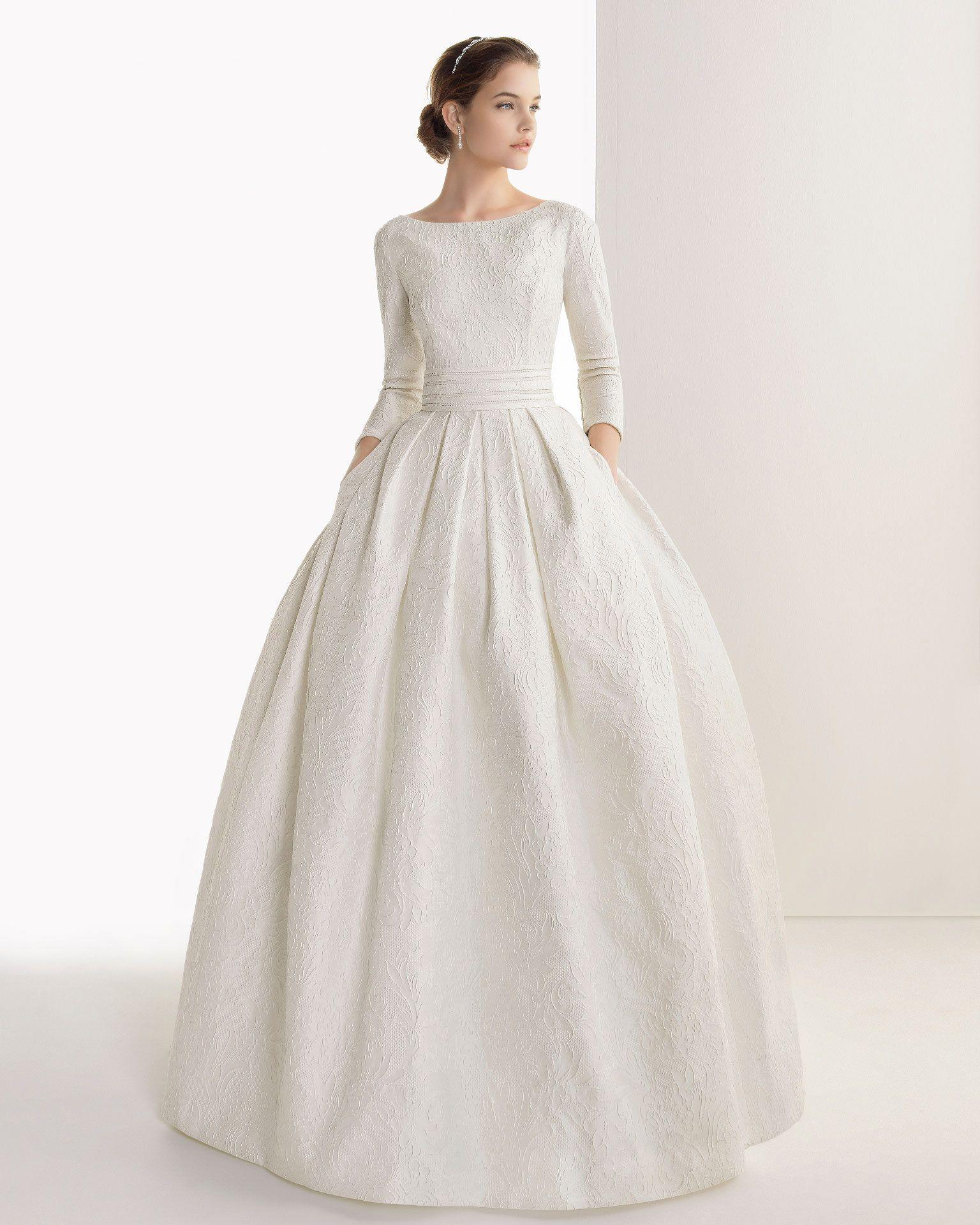 Фасон этого платья словно сошел с рисунков одежд королев и принцесс. Восхитительное, строгое платье с длинным рукавом, круглой горловиной и пышной юбкой без